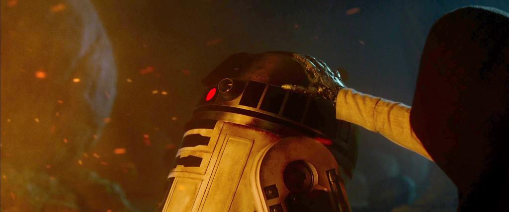 R2D2-and-Luke-Skywalker-in-The-Force-Awakens